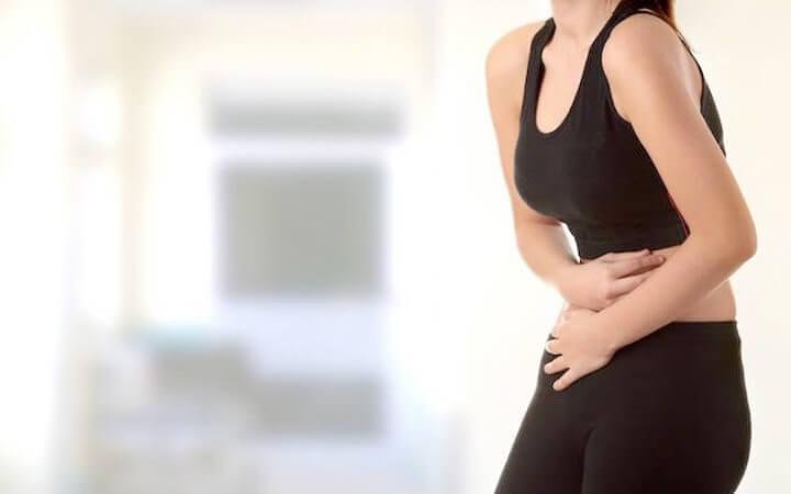 Кроме болей внизу живота появляются и другие симптомы