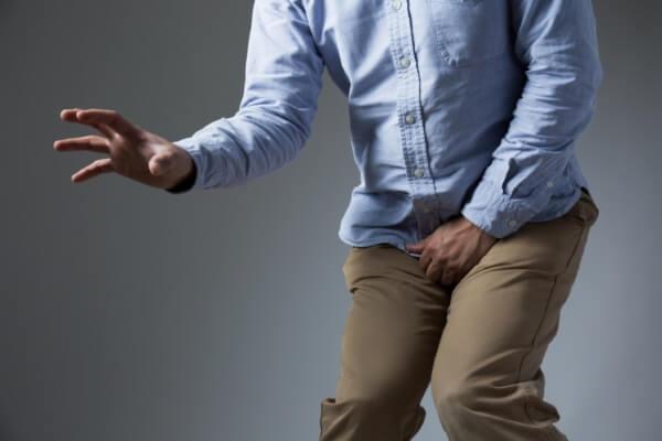 При возникновении болезни возникает боль и резь при опорожении мочевого пузыря