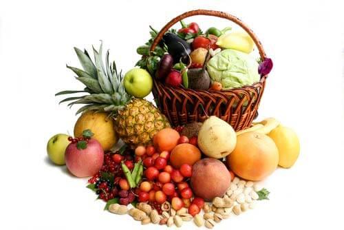 Рекомендуется есть фрукты и ягоды