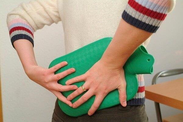 Приложите теплую грелку к месту появления боли